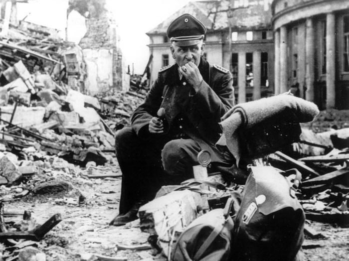 Немецкий офицер ест консервы в Саарбрюкене.