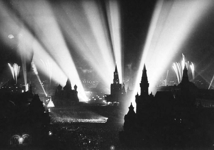 Празднование победы на Красной площади в Москве.