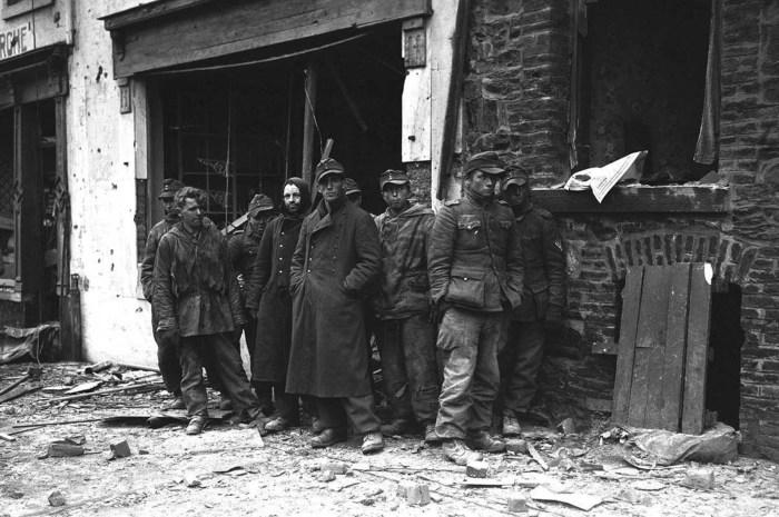 Немецкие солдаты захваченные в плен. Бельгия, 9 января 1945 год.