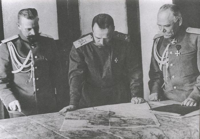 Генерал-майор Пустовойтенко, генерал-квартирмейстер штаба и начальник штаба, генерал от инфантерии Алексеев. Ставка, 1915 год.