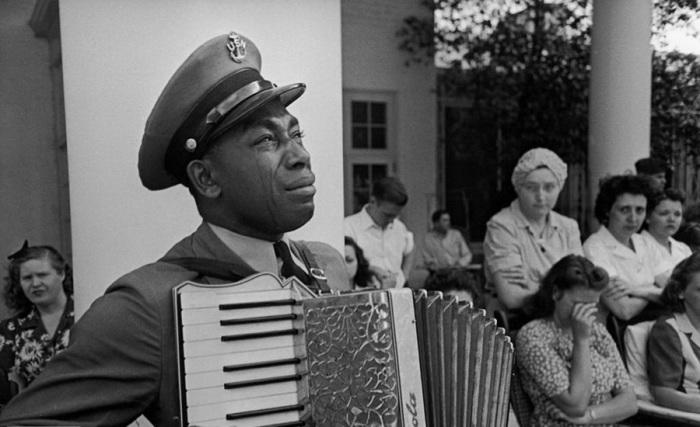 Старшина Грэм Джексон играет «Goin Home» на похоронах президента Рузвельта 12 апреля 1945 года.