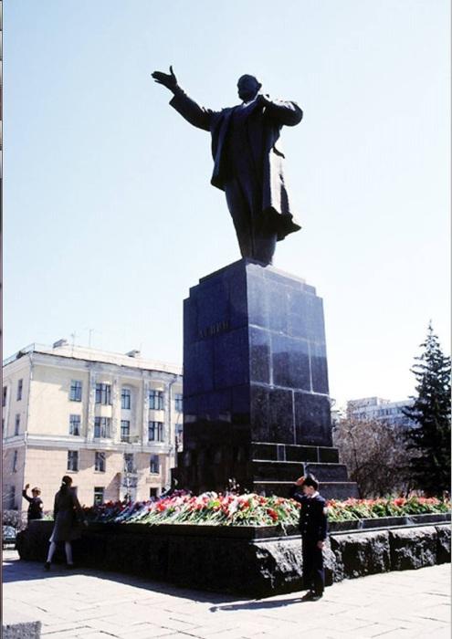Памятник Ленину на углу улиц Карла Маркса и Ленина. СССР, Иркутск, 1988 год.