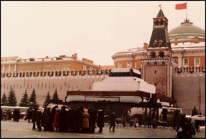 Туристы возле Мавзолея Ленина на Красной площади. СССР, Москва, 1985 год.