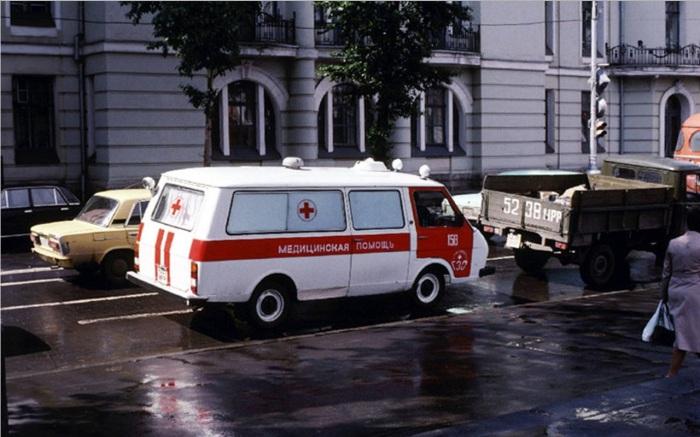 Скорая помощь, едущая по улице Ленина. СССР, Иркутск, 1988 год.