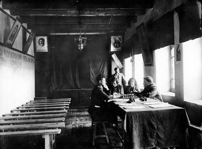 Библиотека и читальный зал в Нубарашене.  1930 год.