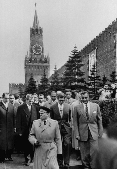 Генерал-лейтенант Андрей Яковлевич Веденин сопровождает Насера во время его посещения Мавзолея и Кремлевской стены. СССР, Москва, 1958 год.
