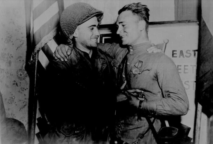 Лейтенант армии США Вильям Робертсон и лейтенант советской армии Александр Сильвашко. 1945 год.