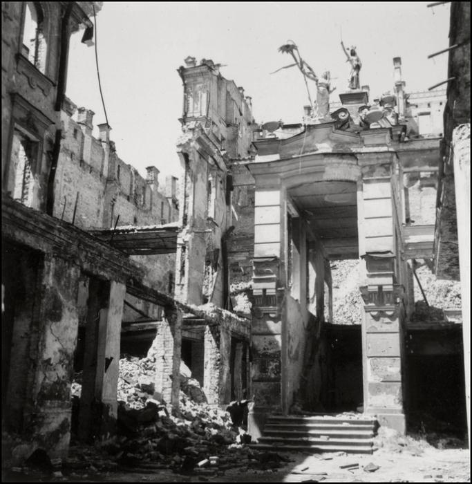 Руины здания «Малого пассажа» на Крещатике в оккупированном Киеве. СССР, 1943 год.