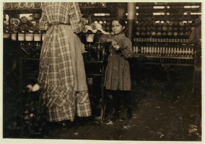 Молодой человек торгующий газетами на входе в Капитолий. Калифорния, май 1915 года.