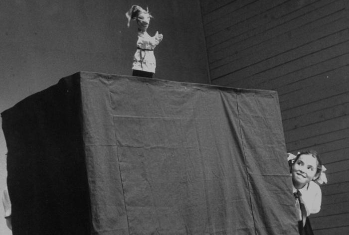 Маленькая девочка участвующая в кукольном представлении. СССР, Москва, 1956 год.