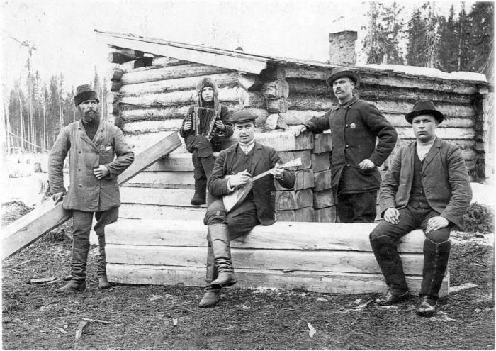 Лесозаготовители во время отдыха. Архангельская губерния, Холмогорский уезд, 1910 год.