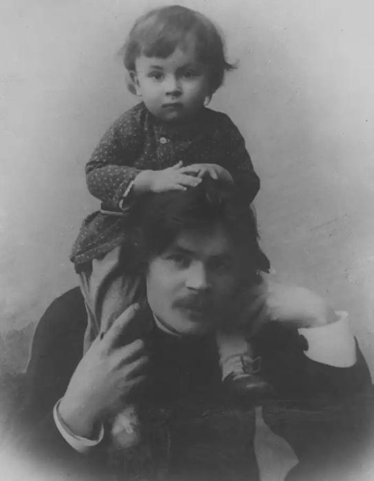 Один из самых значительных и известных в мире русских писателей и мыслителей со своим сыном.
