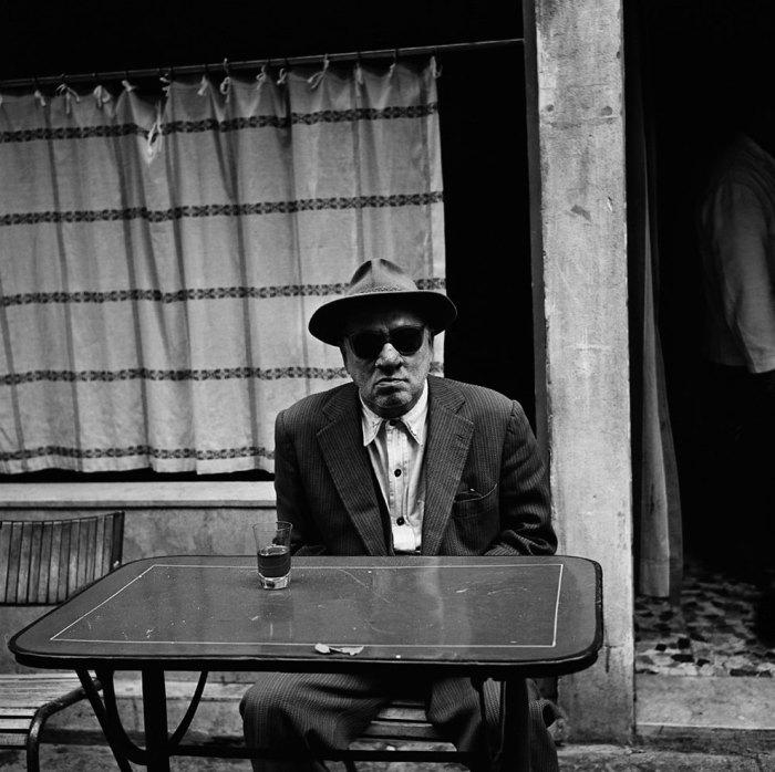 Посетитель уличного кафе в старом городе. Италия, 1956 год.