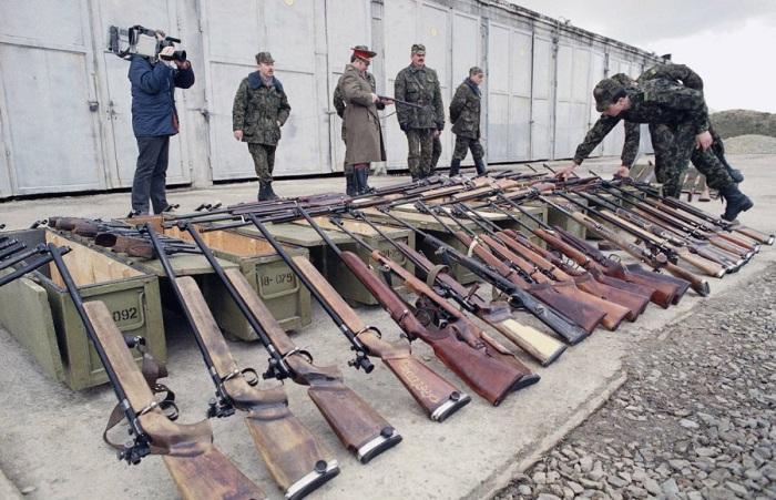 Советские десантники осматривают оружие конфискованное у местной организации милиции в Каунасе. Литва, 26 марта 1990 год.
