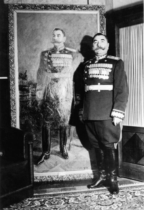 Маршал Семен Буденый рядом со своим любимым портретом. 1950-е годы.