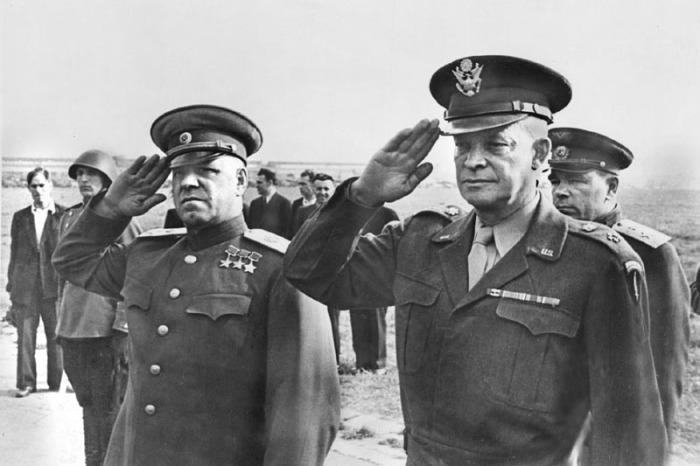 Маршал Советского Союза  Жуков и генерал Эйзенхауэр. Московский аэродром, август 1945 года.