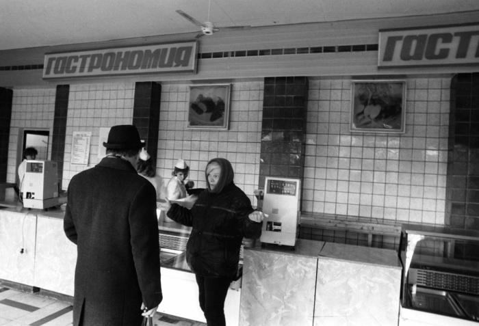 Пустые полки мясного отдела продуктового магазина, фото сделано в восьмидесятые годы. Хорошее мясо либо вообще не завозилось в магазины, либо раздавалось по завышенной цене по знакомству - часто с черного хода магазина.
