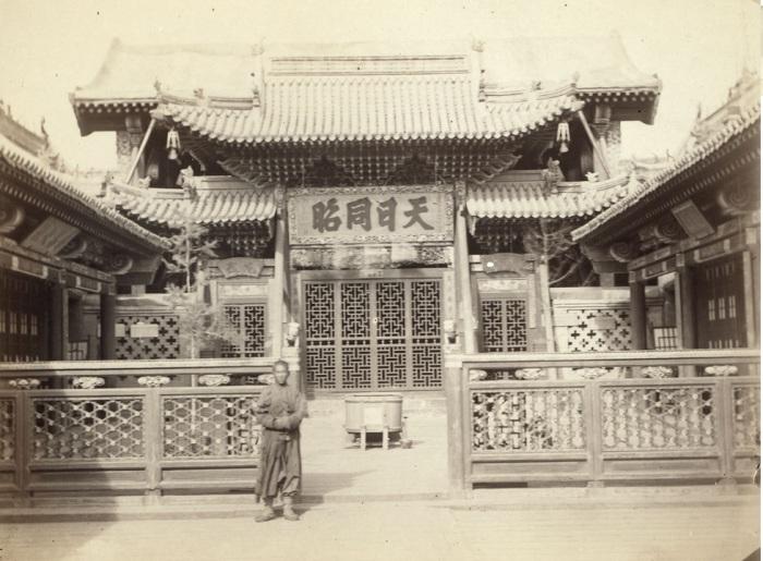 Вход в один из китайских храмов.