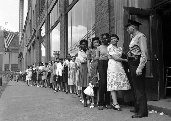 Очередь для регистрации на новые рабочие места, 17 августа 1945 года.