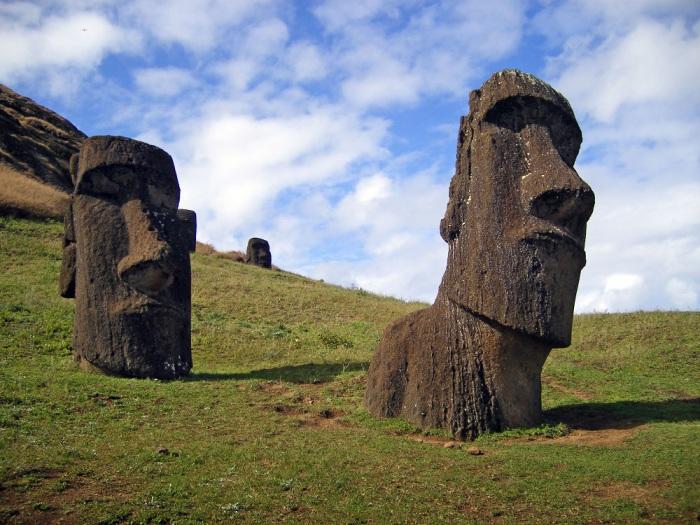 Две статуи Моаи на острове Пасхи.