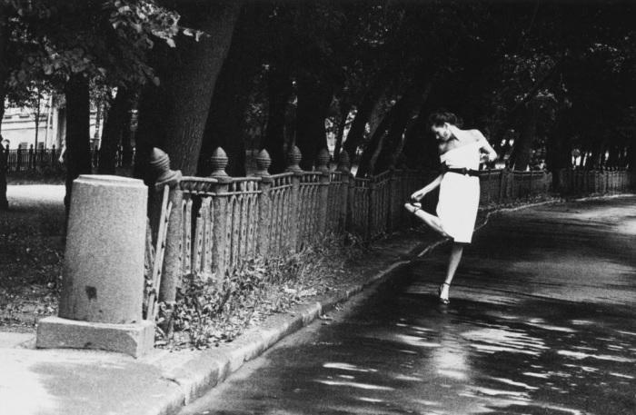 Модель позирует на Страстном бульваре. Россия, 1991 год.
