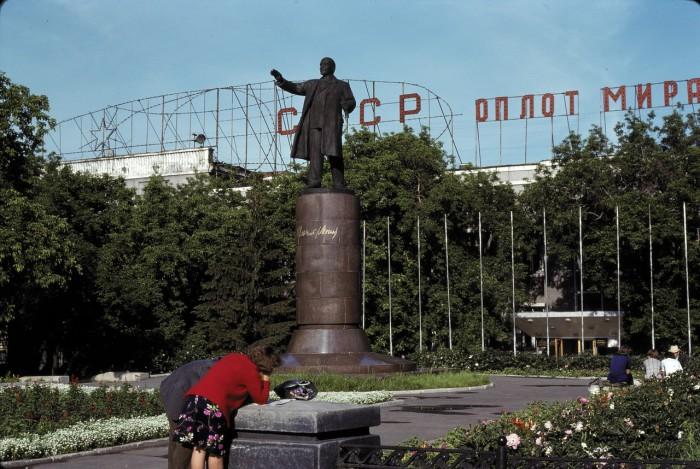 Памятник Ленину возле станции. СССР, Омск, 1979 год.