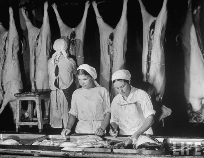 Работницы советского мясоперерабатывающее предприятие «Микояновский мясокомбинат».