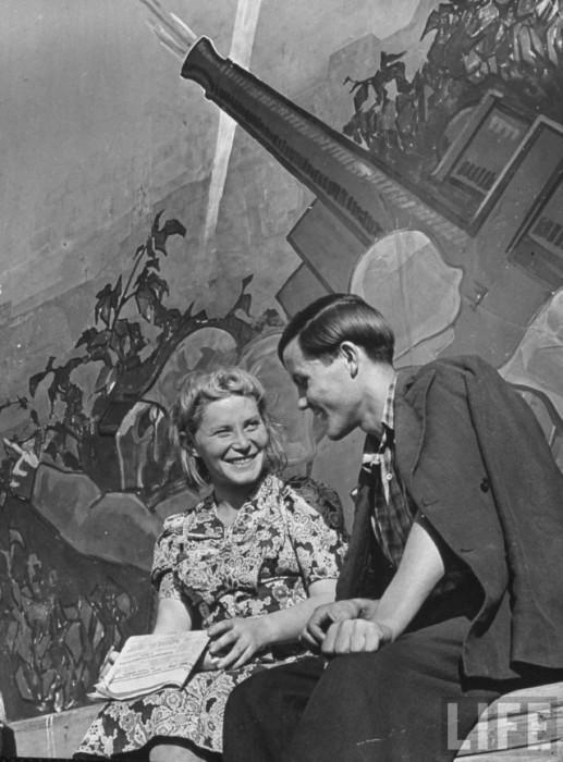 Влюблённая пара отдыхает в центральном парке культуры и отдыха имени Максима Горького.