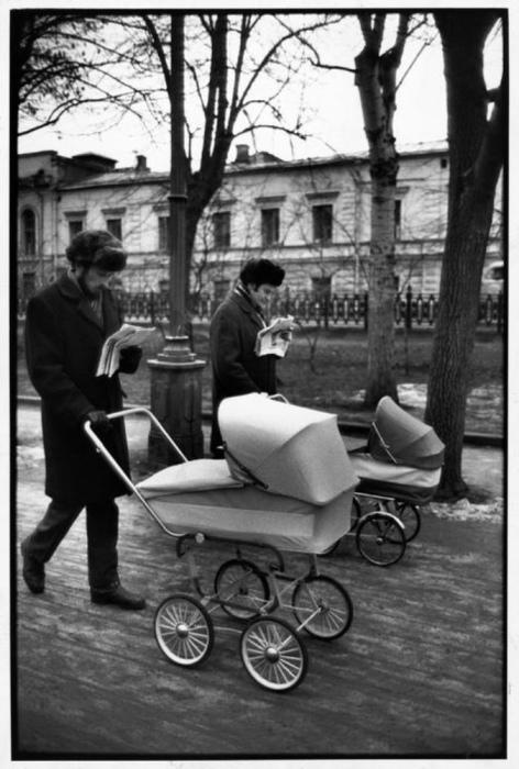 Мужчины, гуляющие с детьми. СССР, Москва, 1972 год.