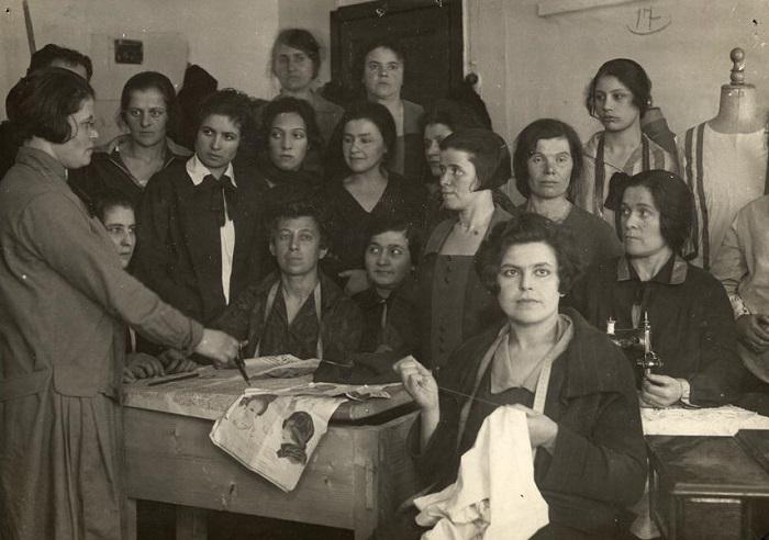 Кружок кройки и шитья при клубе Коммунист. Москва, 1920-е годы.