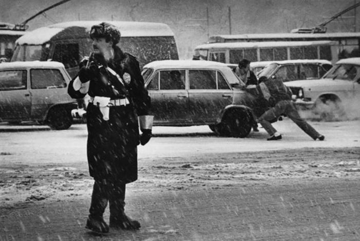 Московский регулировщик в плохую погоду. Россия, 1994 год.
