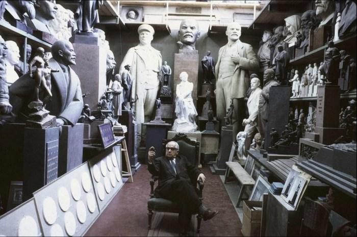 Матвей Манизер - ведущий советский скульптор в своей огромной студии. СССР, Москва, 1963 год.