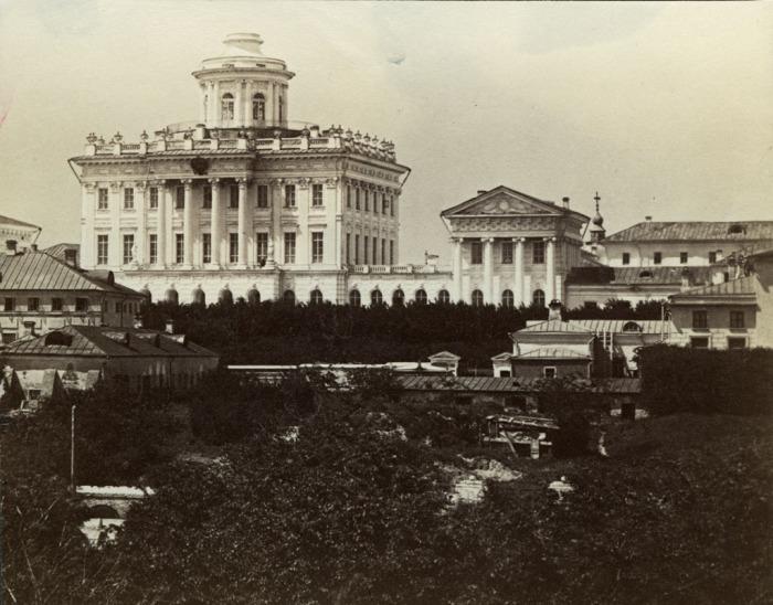 Пашков дом, расположенный западней от Московского Кремля.  Россия, 1880 год.
