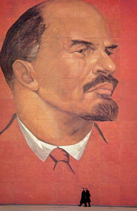 Нарисованный на стене портрет Ленина. СССР, Москва, 1963 год.