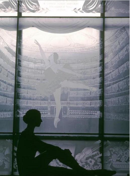Силуэт танцовщицы Натальи Бессмертновой в окне Школы балета Большого театра. СССР, Москва, 1963 год.