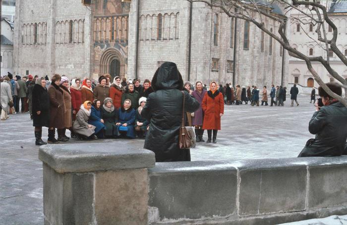 Группа туристок одетых в однотипные пальто. СССР, Москва, 1984 год.