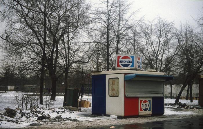 Сине-красный киоск «Пепси-Кола». СССР, Москва, 1984 год.