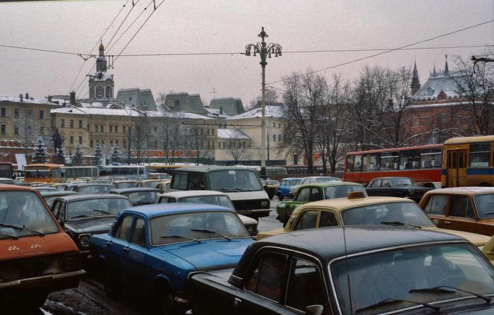 Автомобильная пробка в центре города. СССР, Москва, 1984 год.