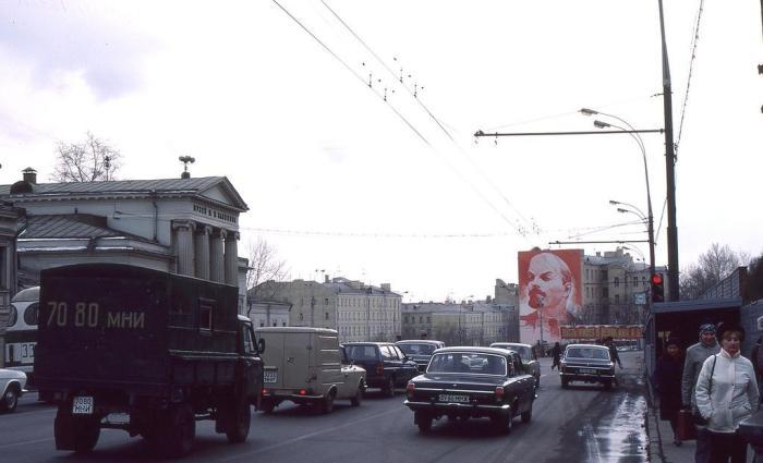 Уличная сцена на окраине города. СССР, Москва, 1984 год.