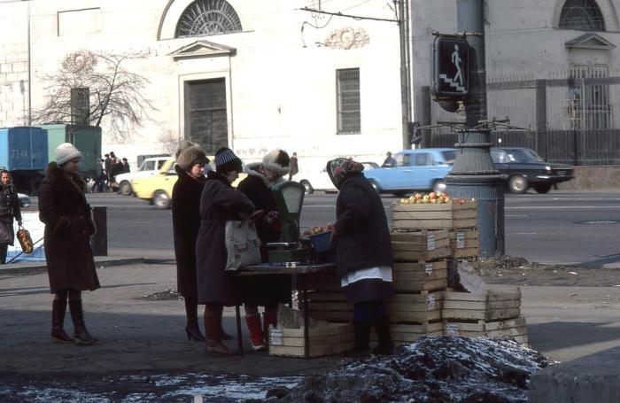 Уличная торговля фруктами на Садовом кольце в районе Парка Культуры. СССР, Москва, 1984 год.