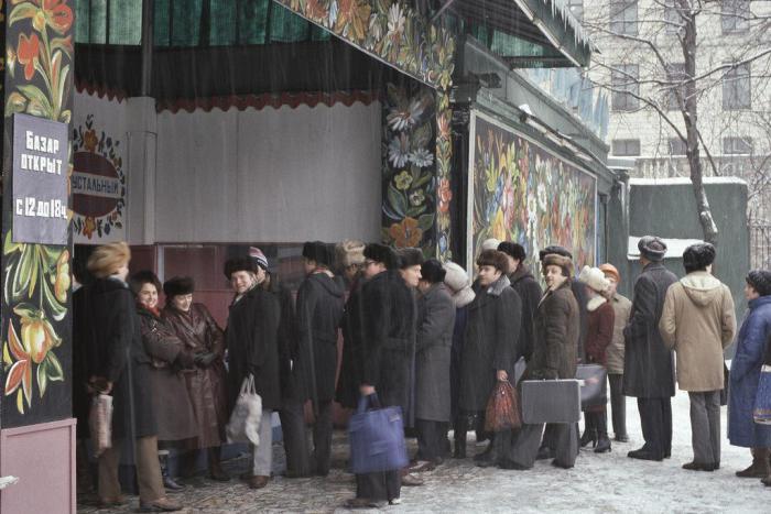 Следствие товарного дефицита. СССР, Москва, 1984 год.