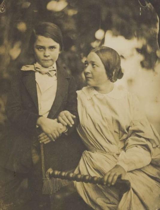 Мама и сын в 1855 году. Фотограф: Jean-Baptiste Frenet.