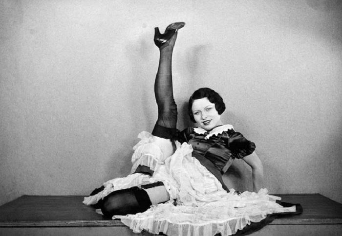 Фотосессия танцовщицы из кабаре «Мулен Руж». Франция, Париж, 1932 год.