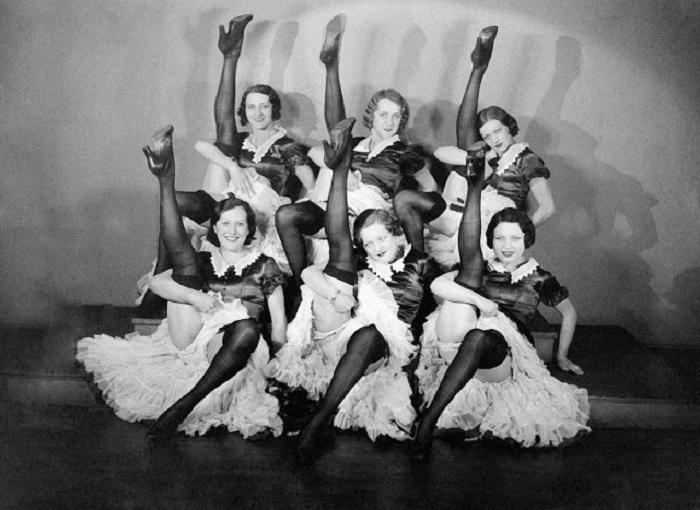 Танцевальная группа, выступающая в кабаре «Мулен Руж».