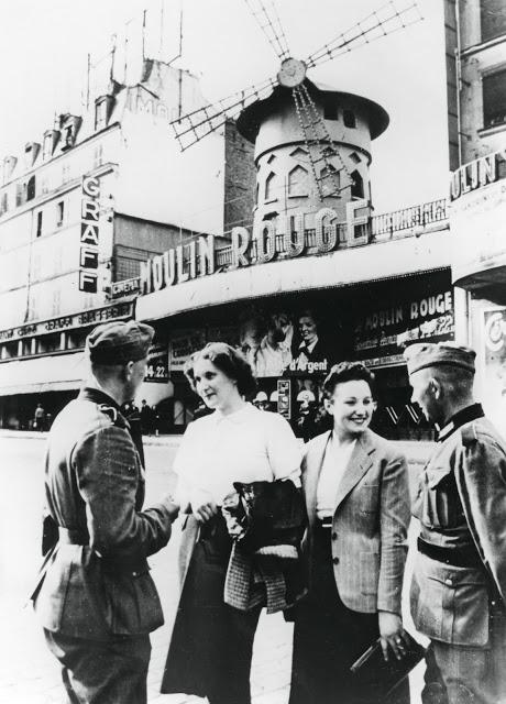Немецкие солдаты общаются с француженками. Франция, Париж, 1940 год.