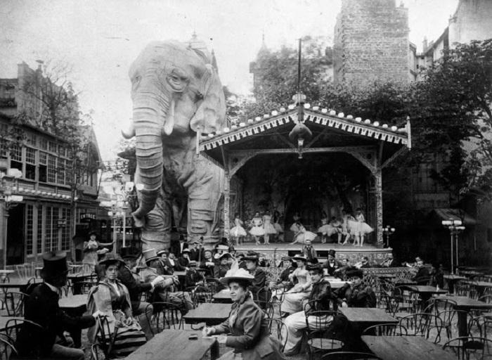 Сад у кабаре «Мулен Руж», главной достопримечательностью которого был огромный слон. Франция, Париж, 1900 год.