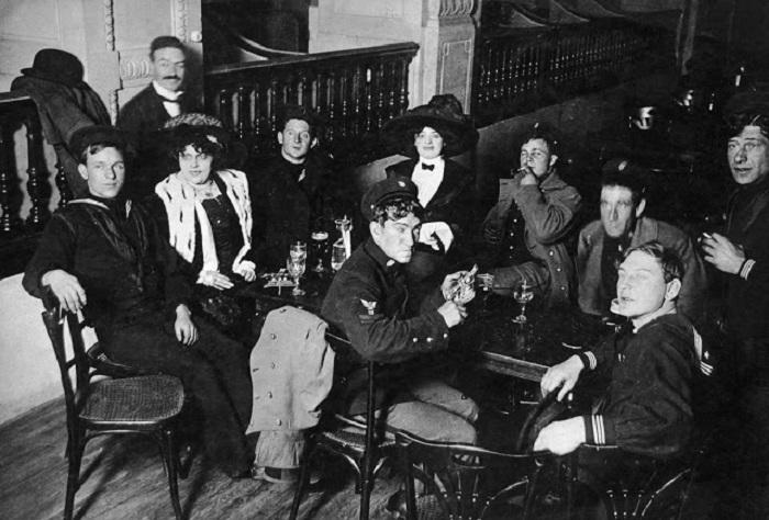 Американские моряки отдыхают в кабаре «Мулен Руж» во время Первой Мировой Войны.