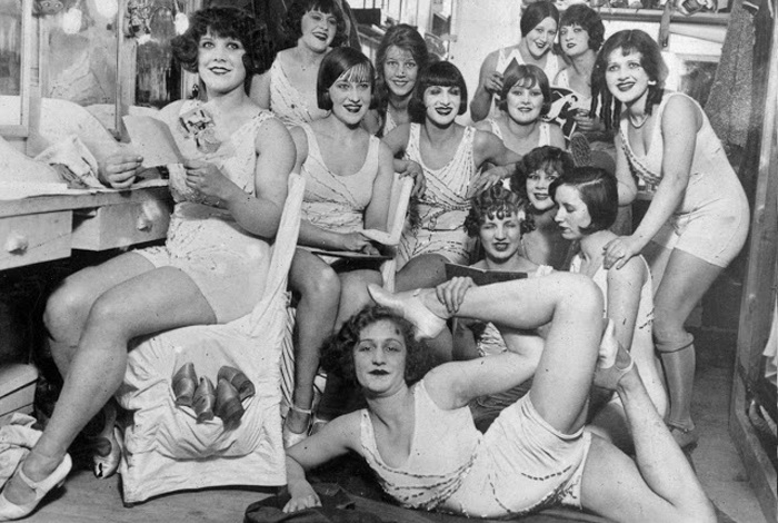 История знаменитого классического кабаре «Мулен Руж» в документальных фотографиях .