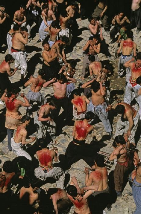 Мусульмане-шииты бичуют себя во время Ашуры. Афганистан, Кабул, 2002 год.