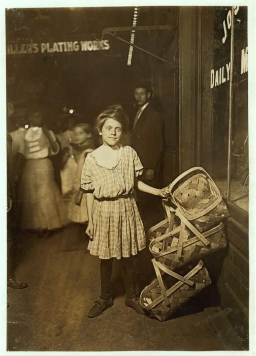 12 летняя девочка торгует плетёными корзинками. США, Штат Огайо, Август 1908 года.